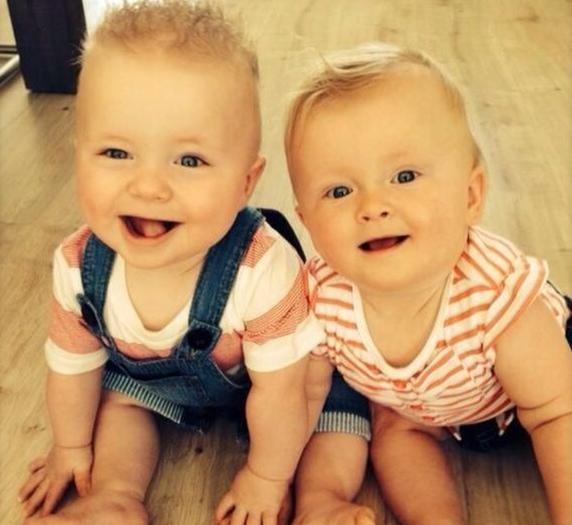 De tweeling jarig.
